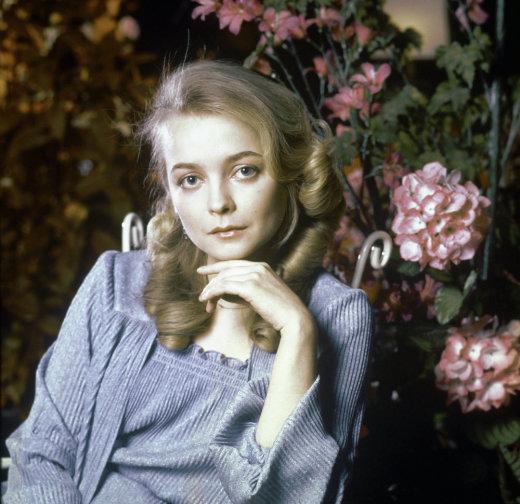 Папарацци засняли заметно постаревшую Сашеньку из «Москва слезам не верит». Вот как выглядит актриса сегодня…