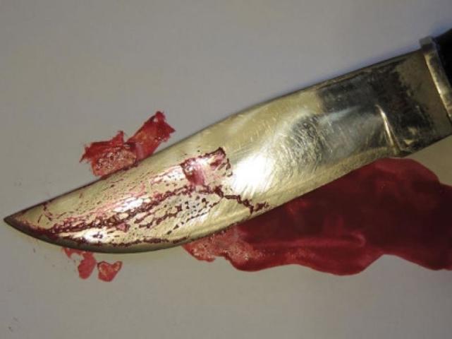 Школьник во время урока напал на учителя с ножом
