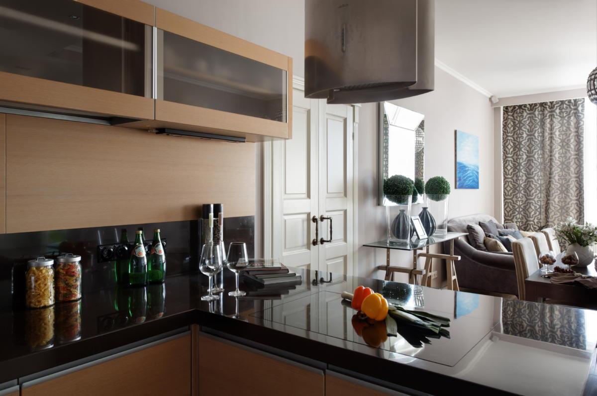 Кухня/столовая в цветах: Бежевый, Бирюзовый, Розовый, Светло-серый, Темно-коричневый. Кухня/столовая в стиле: Минимализм.