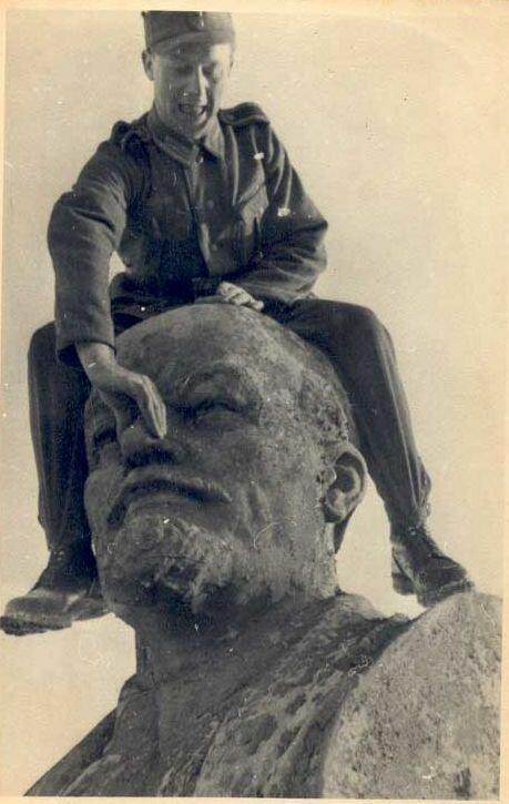 Немецкий солдат глумится над статуей Ленина. 1941 г. Великая Отечественная Война, архивные фотографии, вторая мировая война