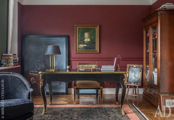 Письменный стол и диван, Moissonnier. Книжный шкаф, Le Ker. Смотрите весь проект по клику на изображение.