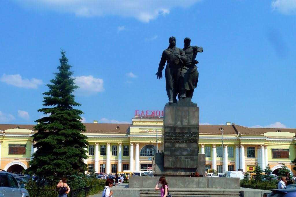 Памятник в екатеринбурге на вокзале памятники на могилу из гранита цена пенза