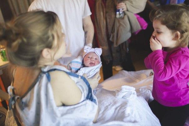 Детки впервые видят своих новорожденных братьев и сестер. Очень мило)
