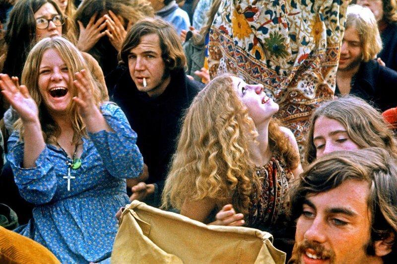 Люди танцуют на Альтамонтском фестивале, который проходил в гоночном парке, декабрь 1969 года. Фото: Robert Altman / Getty Images. интересное/. фотографии, история, хиппи