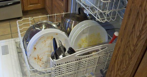Не ополаскиваю тарелки перед загрузкой в посудомоечную машину и вам не советую