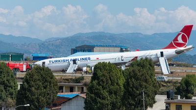 Самолет Turkish Airlines совершил экстренную посадку из-за угрозы взрыва