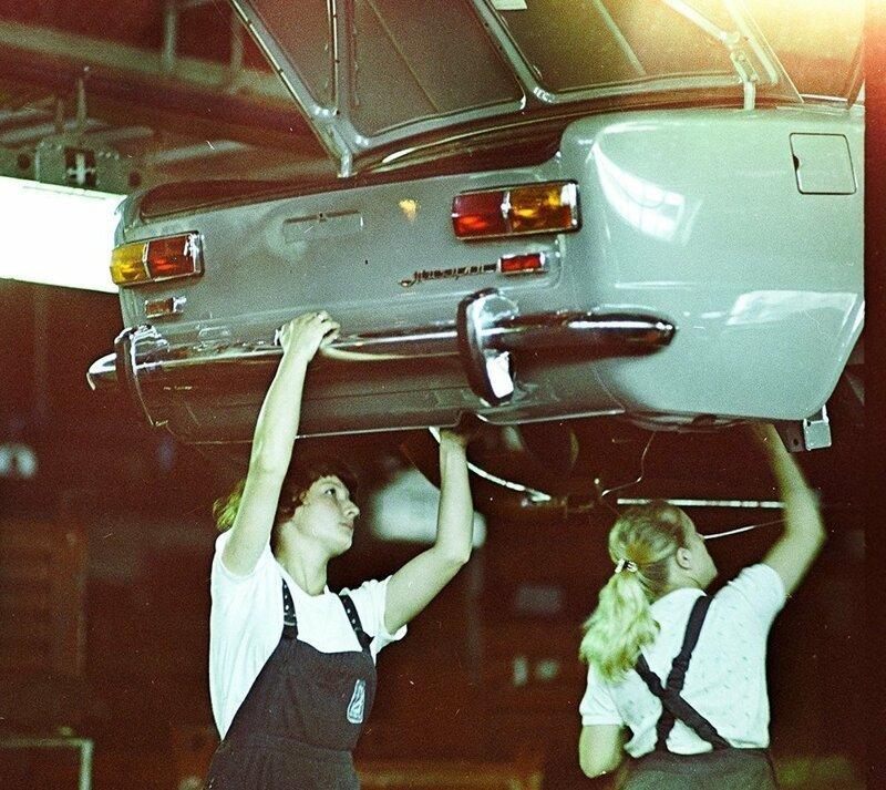 Девушки на сборочной линии АвтоВАЗа. Тольятти. СССР. 1981 г. интересно, история, фото