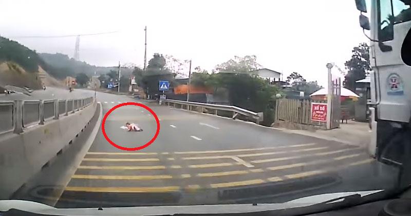 Водитель заметил на дороге что-то похожее на ребенка. Приглянувшись, он со всех сил ударил по тормозам!
