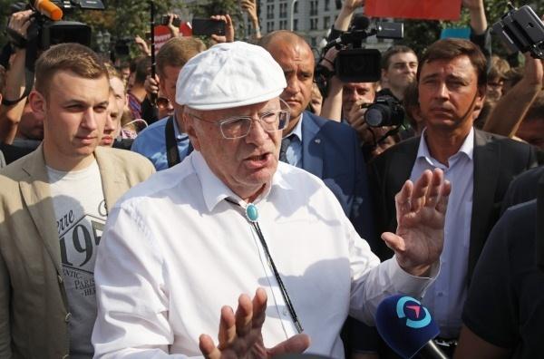 Жириновский подрался с участником несогласованной акции на Пушкинской площади в Москве (видео)
