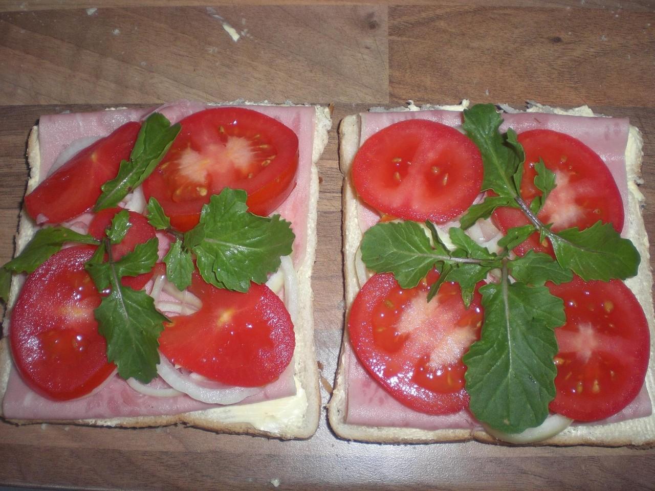 По просьбе новых сайтеров представляю Сэндвич с ветчиной, помидором, руколой, нежирным майонезом...