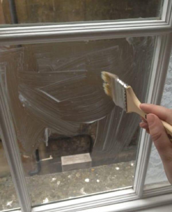 Она покрыла  оконное стекло …