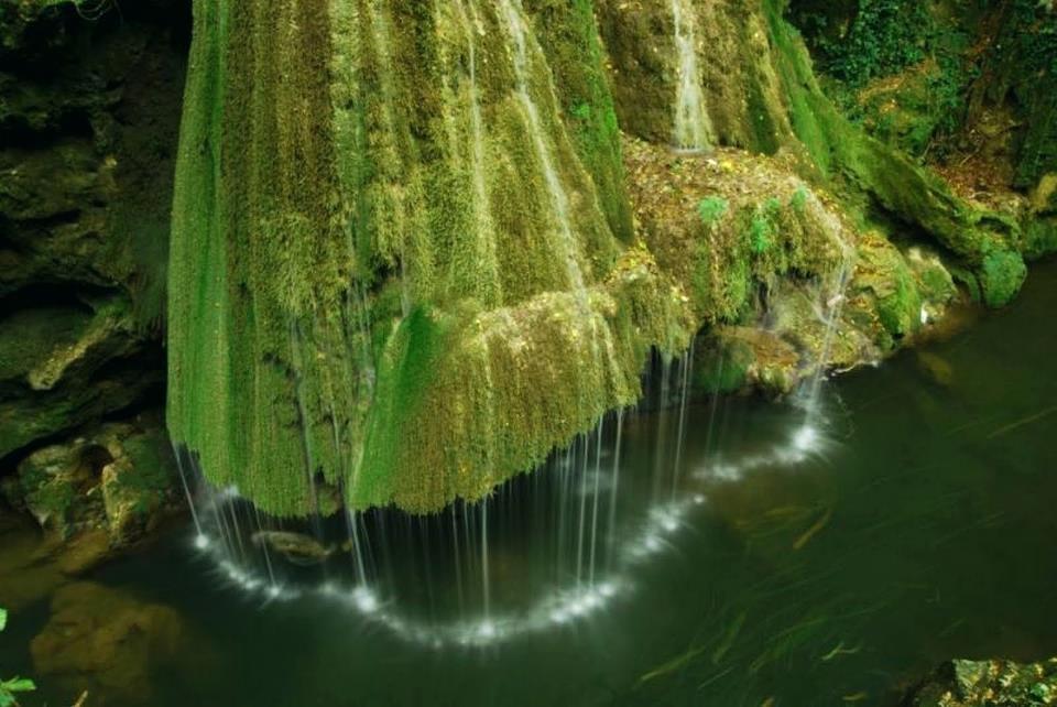 Живописный водопад Бигар