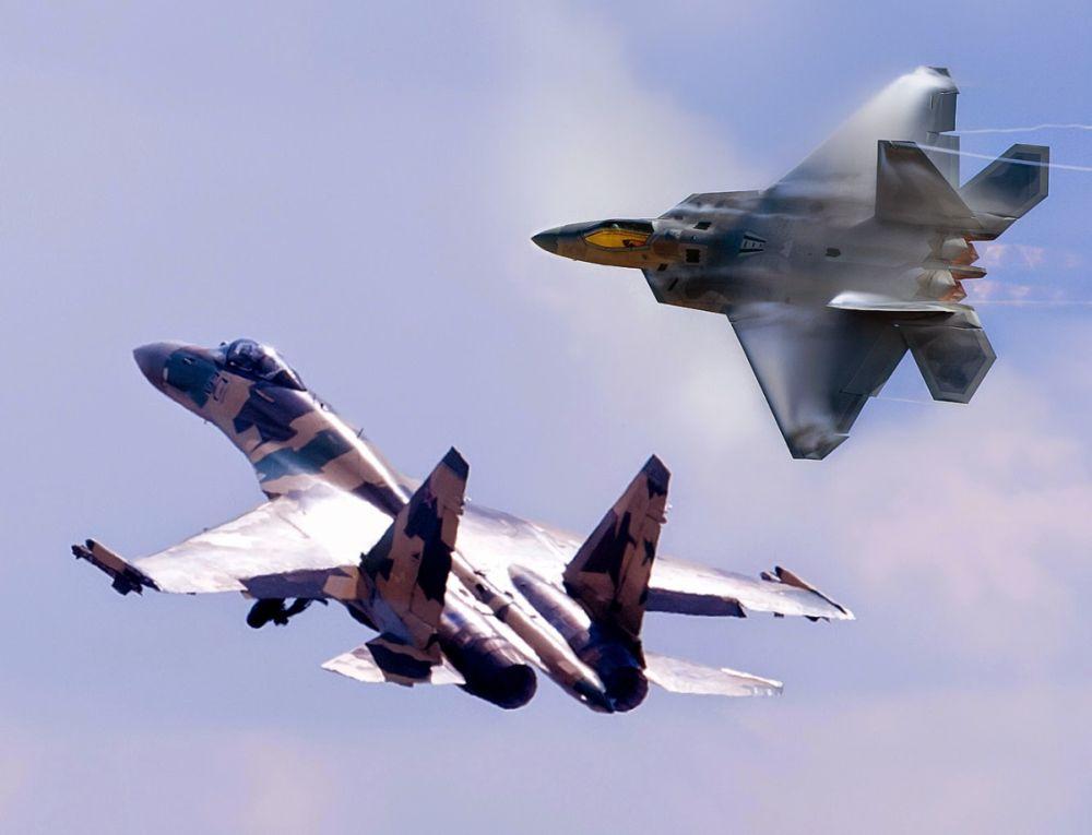 Business Insider (США): Американские F-22 встретились над Аляской с лучшим российским истребителем и оказались в невыгодном положении