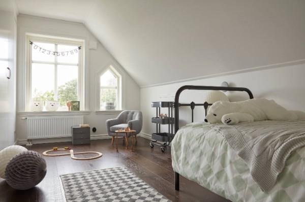 серо-белый ковёр прямоугольной формы в мансардной детской на пол