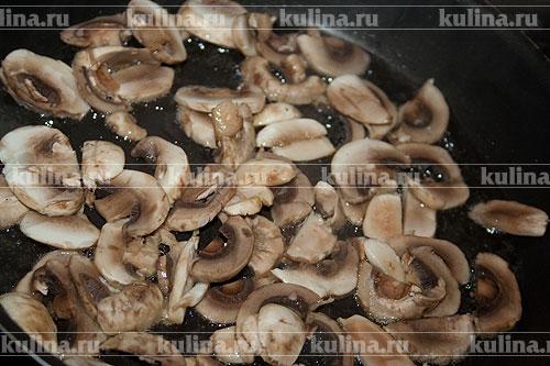 Шампиньоны нарезать ломтиками и выложить в разогретую сковороду с растительным маслом.