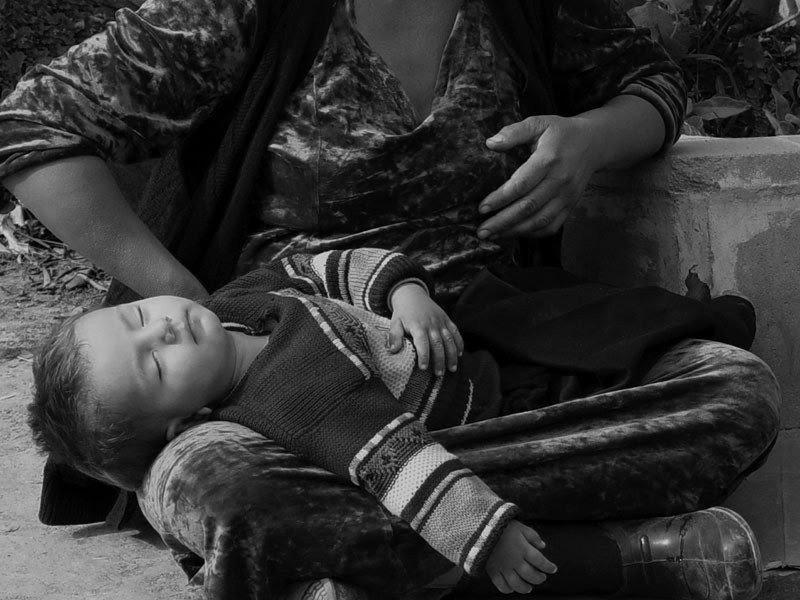 Почему спит ребенок на руках у попрошаек? Вы никогда не задумывались?