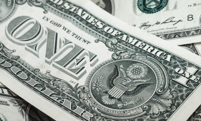 Обычный доллар на вес золота: серийный номер на купюре может принести состояние