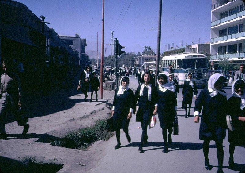 Афганские девушки возвращаются домой из школы афганистан, жизнь, кабул, мир, прошлое, фотография, фотомир