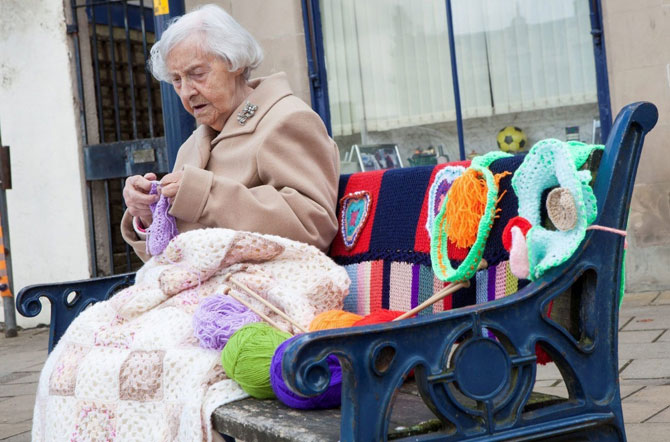 Рукодельные украшения улиц от 104-летней художницы