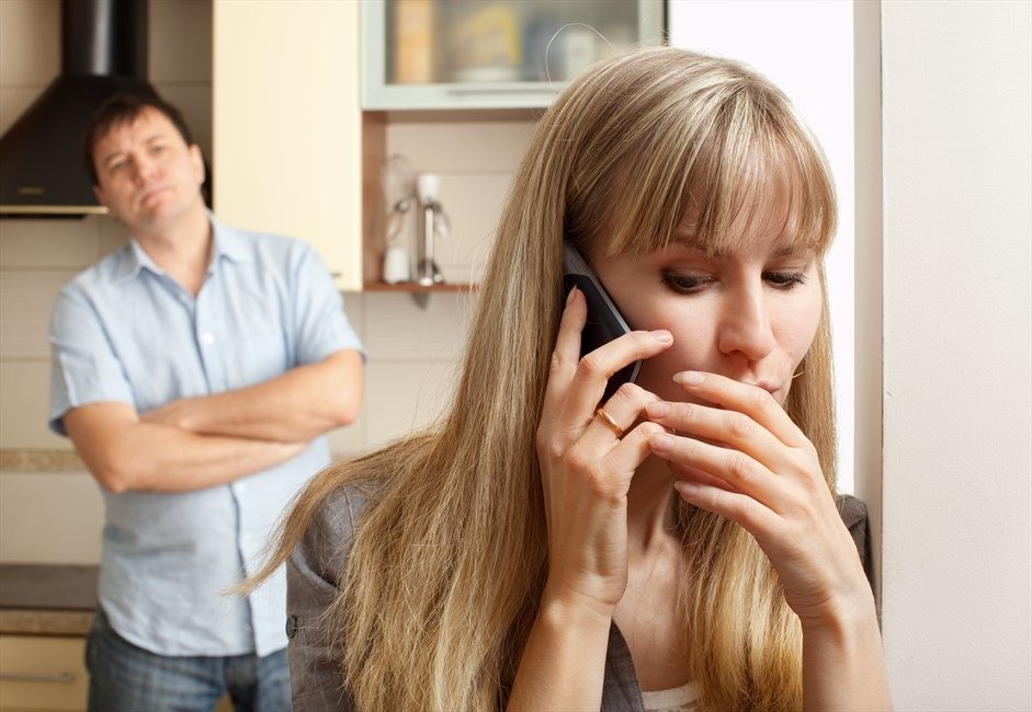 Изменяет разговаривает по телефону