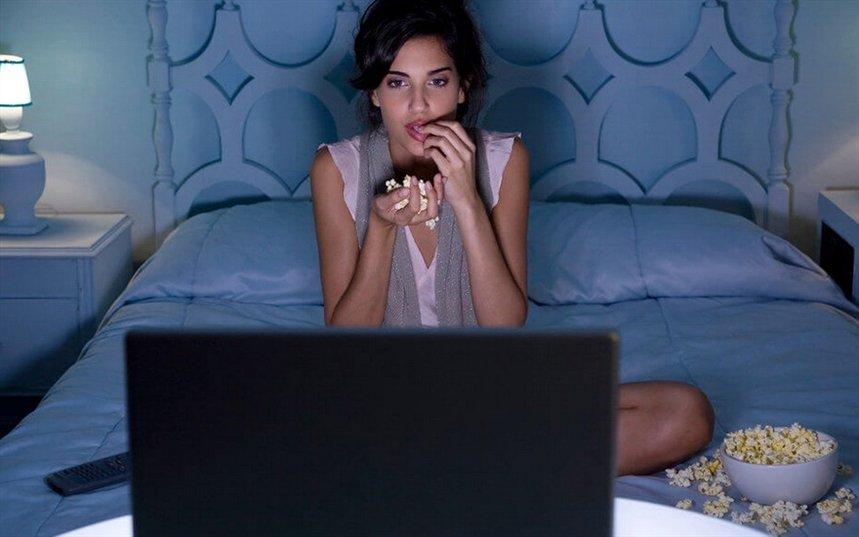 Девушка смотрит порнуху по телевизору смотреть онлайн, порно с надувным мужиком