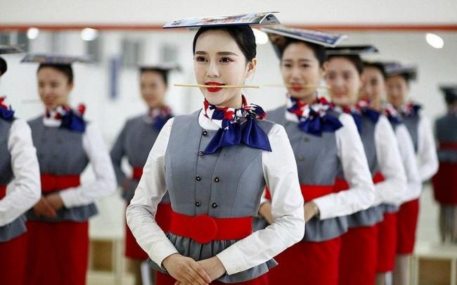 Не каждый спецназовец сможет стать китайской стюардессой. Посмотрите, какой жестокий у девушек отбор!