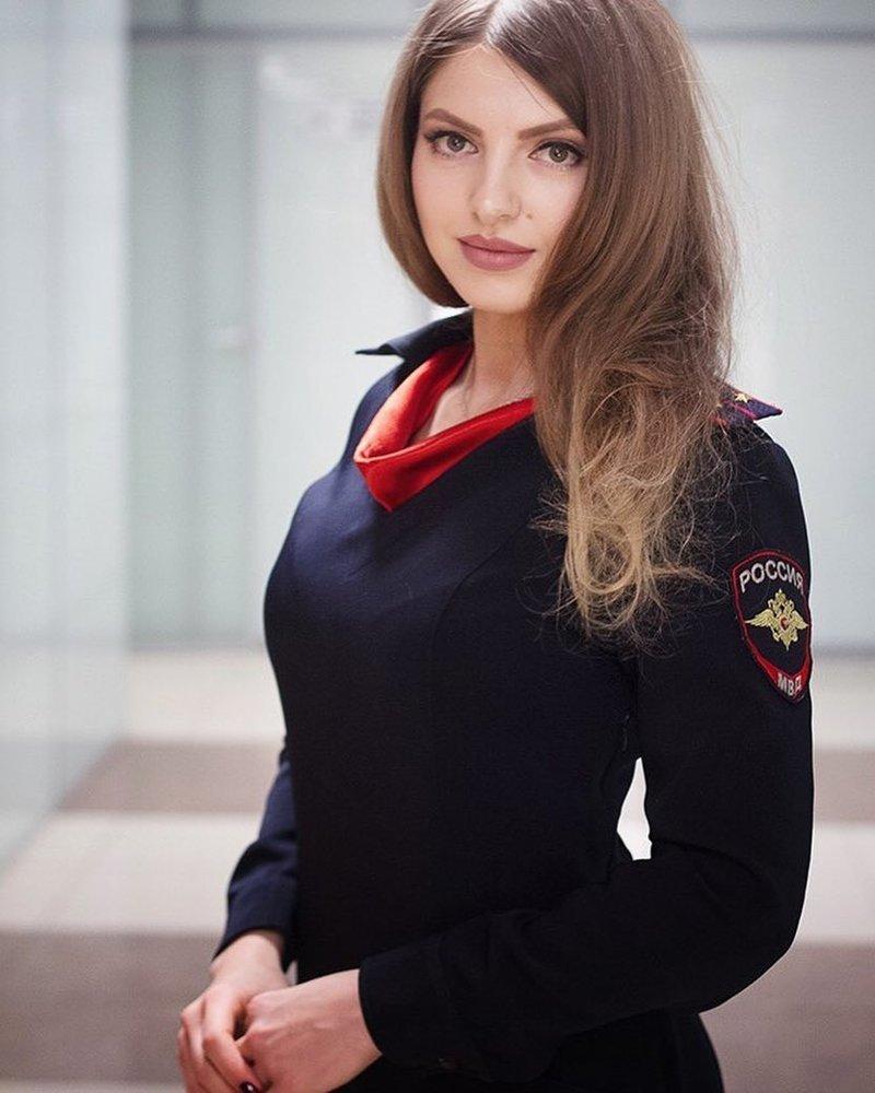 А эта прекрасная девушка несёт службу в транспортной полиции девушки, девушки в форме, когда идёт форму, пост о девушках, униформа, форма