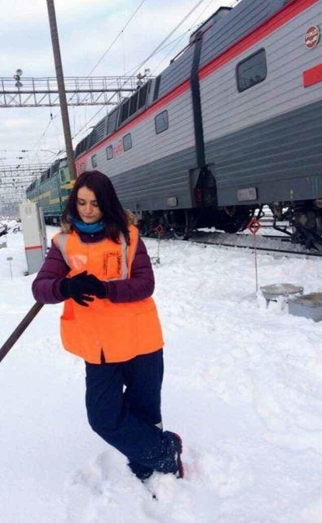 Очаровательные сотрудницы, которые работают на железной дороге девушки, железная дорога, красота, работа, сотрудницы
