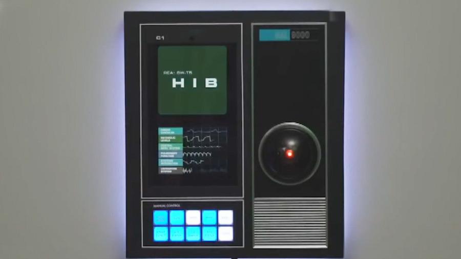 Ну и гаджеты: компьютер из легендарного фильма в реальности, робот, строящий глазки, и бас-гитара с датчиками вместо струн