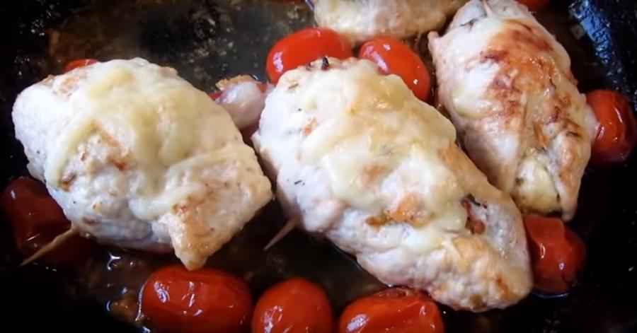 Вкуснейшие куриные рулетики с начинкой из сыра и помидоров