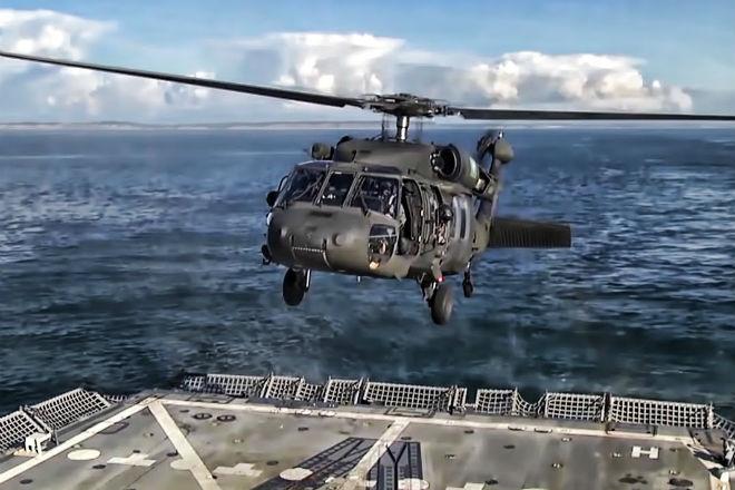 Вертолет садится на боевой корабль в шторм: мастерство пилотов культура