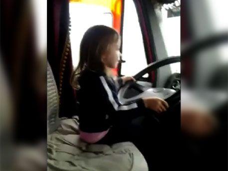 Трехлетняя девочка за рулем фуры
