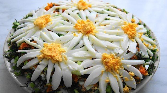 Слоеный салат «Ромашковое поле» кулинария