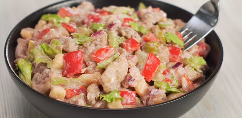 Куриный салат с восхитительным сливовым соусом: удивит каждого