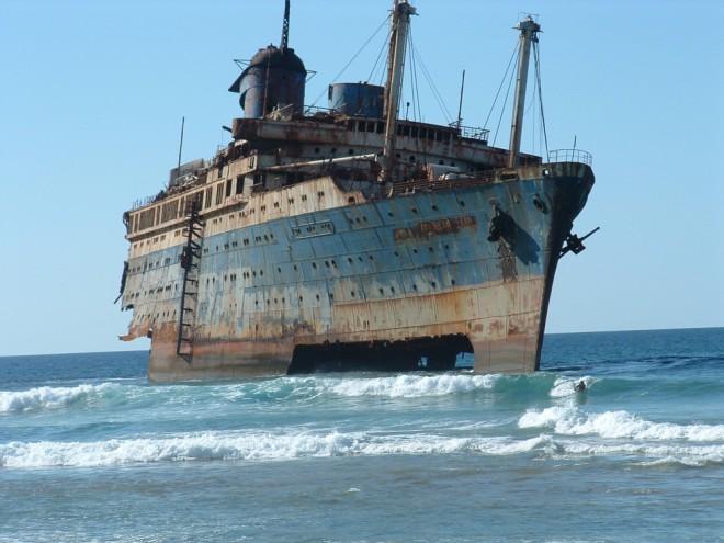 Корабль-призрак прибило к бе…