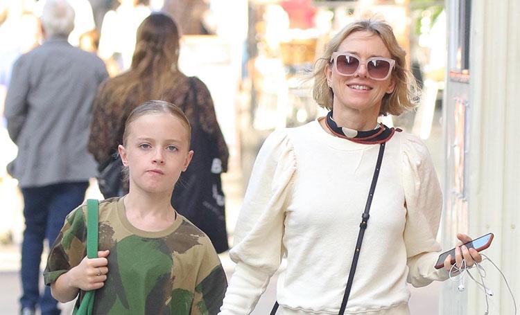Моменты нежности: Наоми Уоттс на прогулке с сыном Сэмми