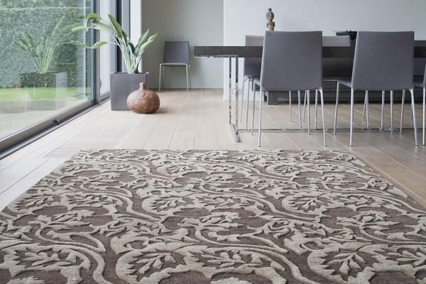 ковёр кофейного цвета на полу в гостиной