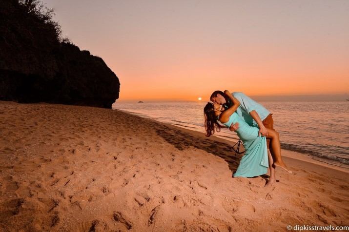 Влюблённая пара встречалась в различных странах мира, чтобы сделать одно и то же фото