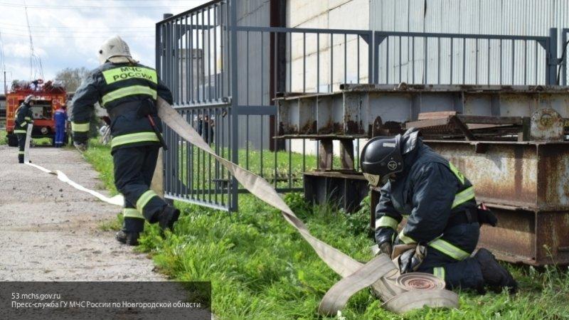 Семеро пожарных тушили загоревшийся в Мурманске автомобиль