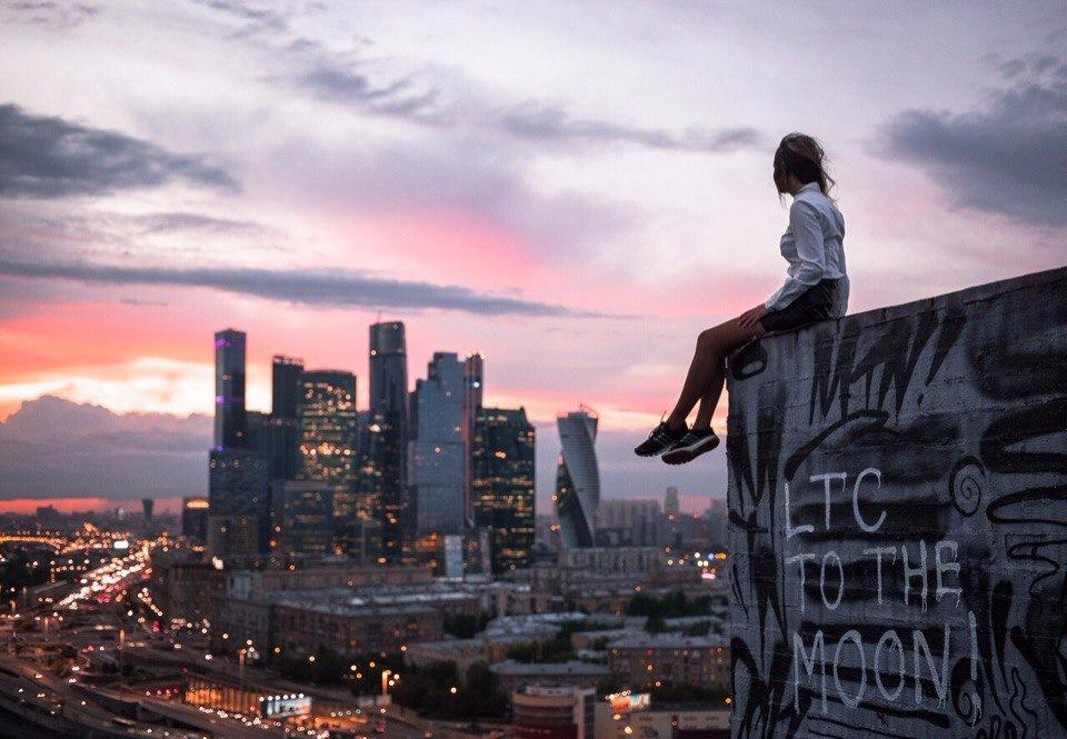 Картинки девушек стоит на крыше