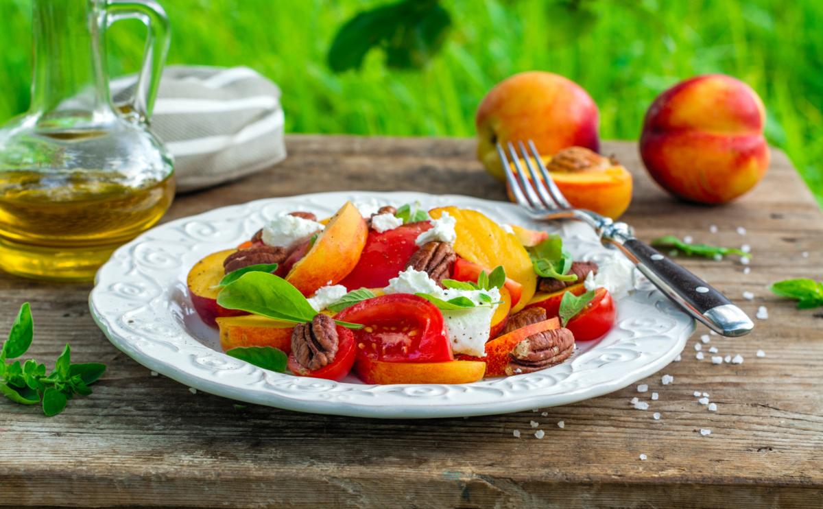 5 салатов с персиками: настоящий вкус лета