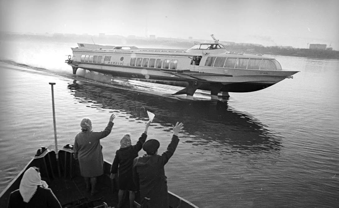 Обтекаемые пассажирские катера были оснащены подводными крыльями. Корпус «Ракеты» поднимался над уровнем воды, что значительно снижало лобовое сопротивление. Это позволяло судну развивать внушительные (даже по современным меркам) 150 км/ч.