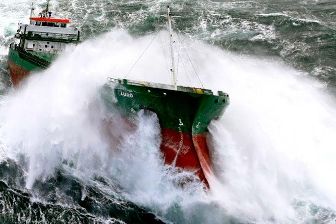 Корабли вышли в 10-бальный шторм: видео очевидцев