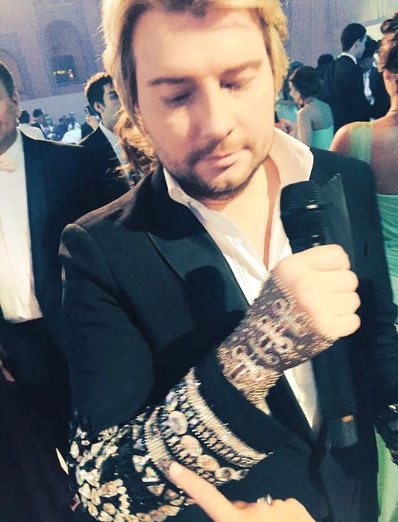 Николай Басков получил в подарок бриллиантовую перчатку за 150 тысяч евро