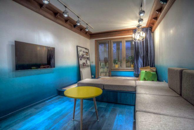 Экстраординарная гостиная с синим полом