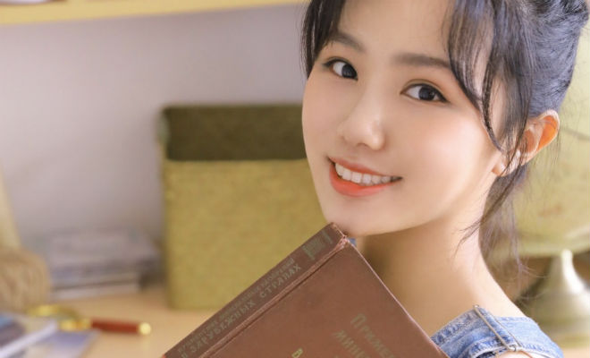 Азиатские девушки начали фотографироваться в коротких платьях с русскими книгами в руках Культура
