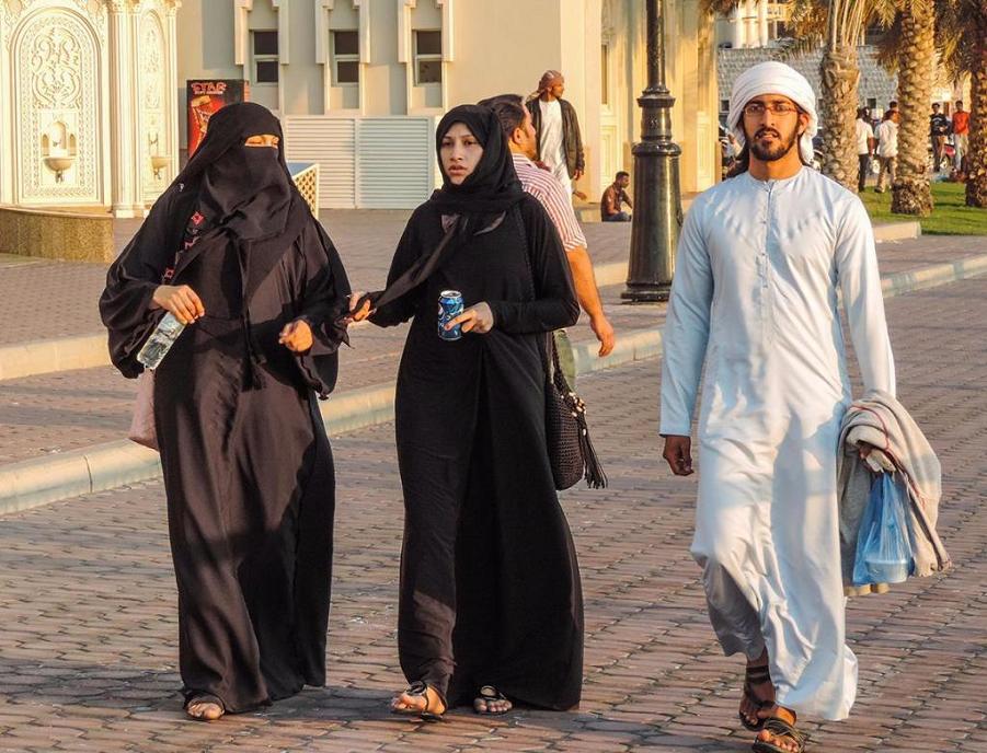 Счастливые жители ОАЭ.png