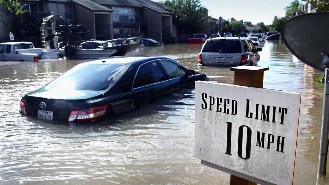Мужчина припарковал в гостиной две машины, чтобы спасти их от урагана авто и мото,катаклизмы,лайфхаки,ураганы