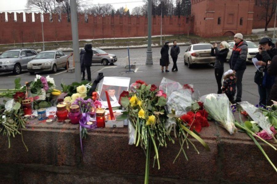 Сторонники Немцова подрались с его противниками на месте гибели политика