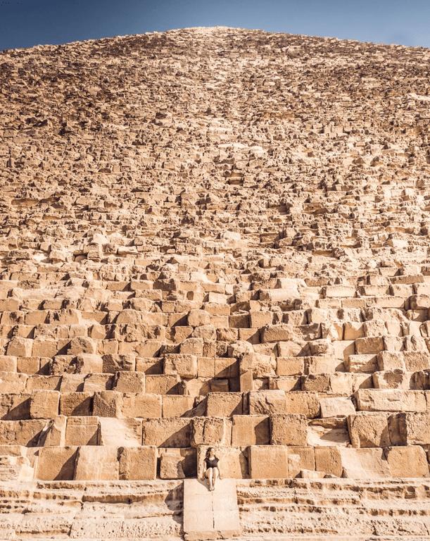 6. Человек на фоне одной из пирамид в Гизе в мире, животные, люди, размер, разница, фото